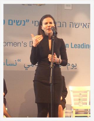 עופרה-שטראוס-מדברת-בכנס-נשים-עושות-שינוי