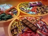 מגוון שוקולדים שמוצעים ככיבוד במרכזי מבקרים במחלבות 1